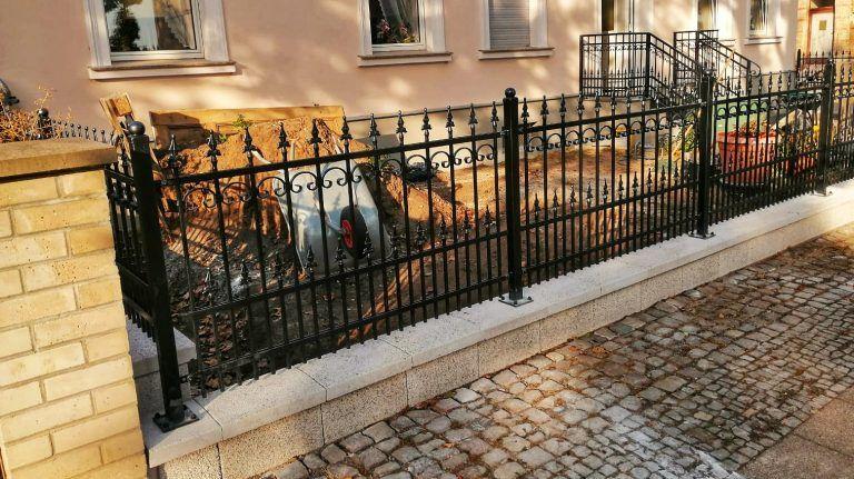Zaun Aus Polen Mit Montage Metallzaun Regulazaun Zaune Aus Polen Hofeinfahrt Schmiedeeiserne Zaune