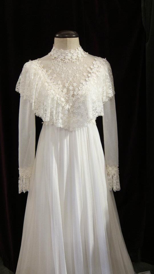 70er Jahre Brautkleid mit Umhang und Plissee – MPY