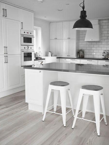 Una cocina blanca y gris con office nórdico Decorar tu casa es