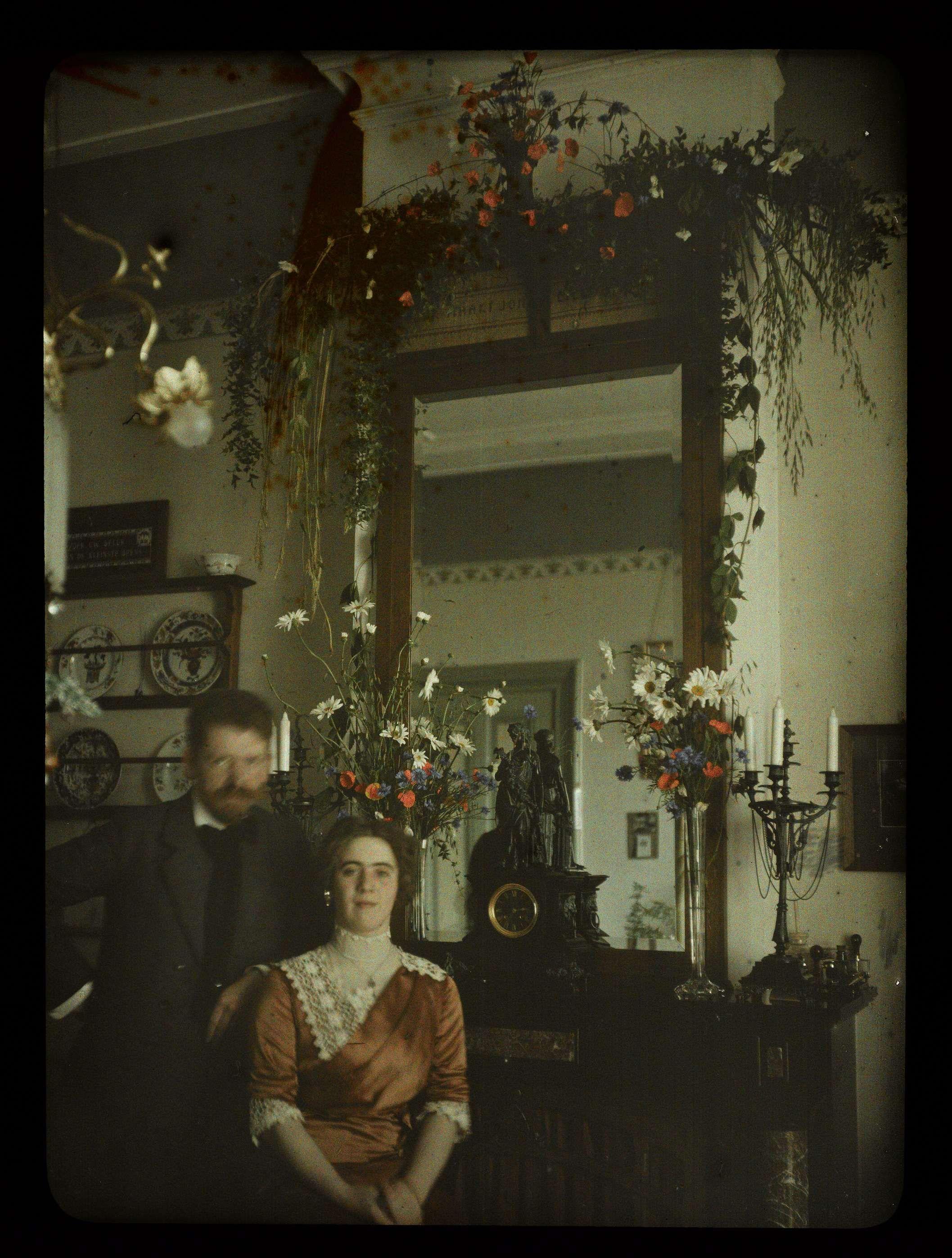 Jacob en Tini voor de spiegel in de woonkamer, Jacob Olie Jr, 1913 ...
