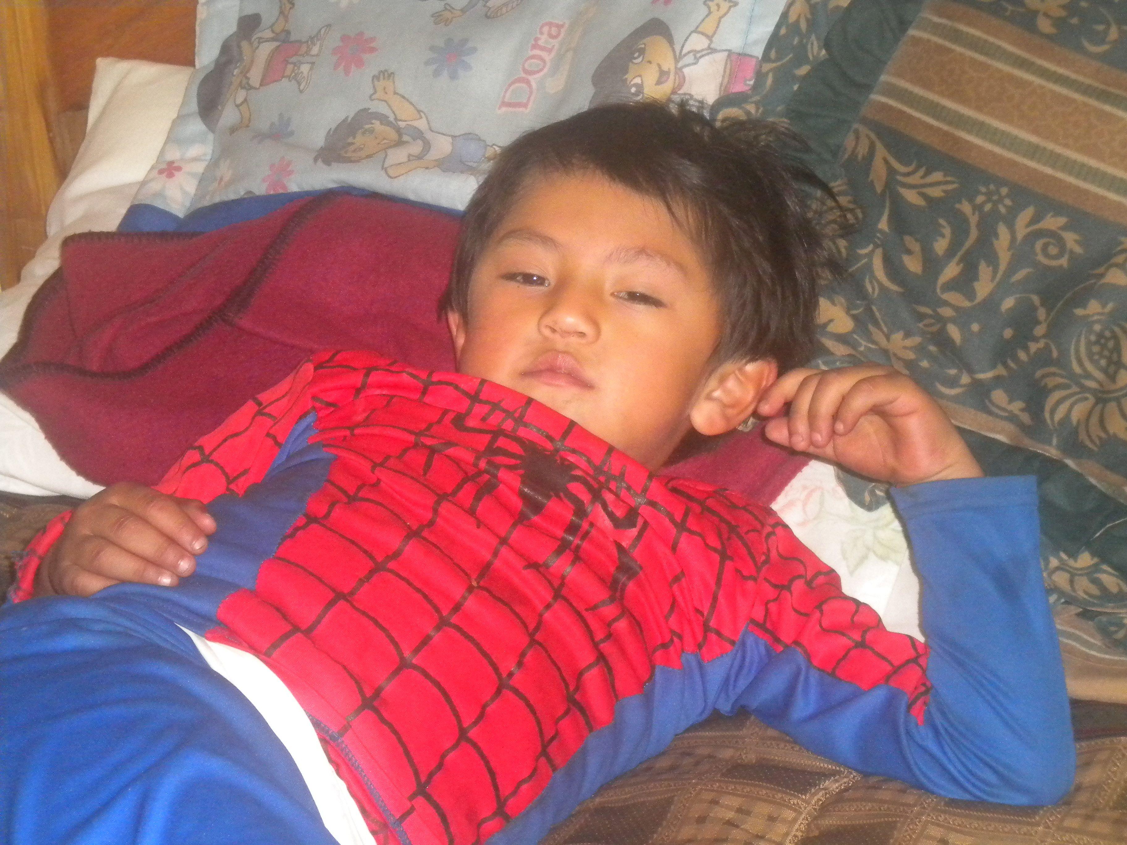niño araña descansando