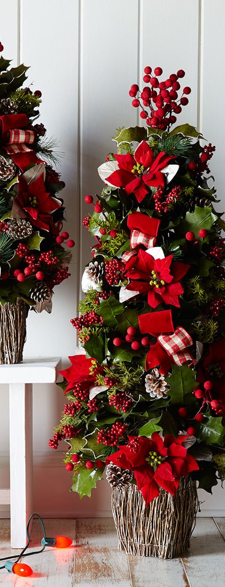 Christmas Tree❤️Love how they mixed in holly, berries, pine cones - how to decorate a small christmas tree