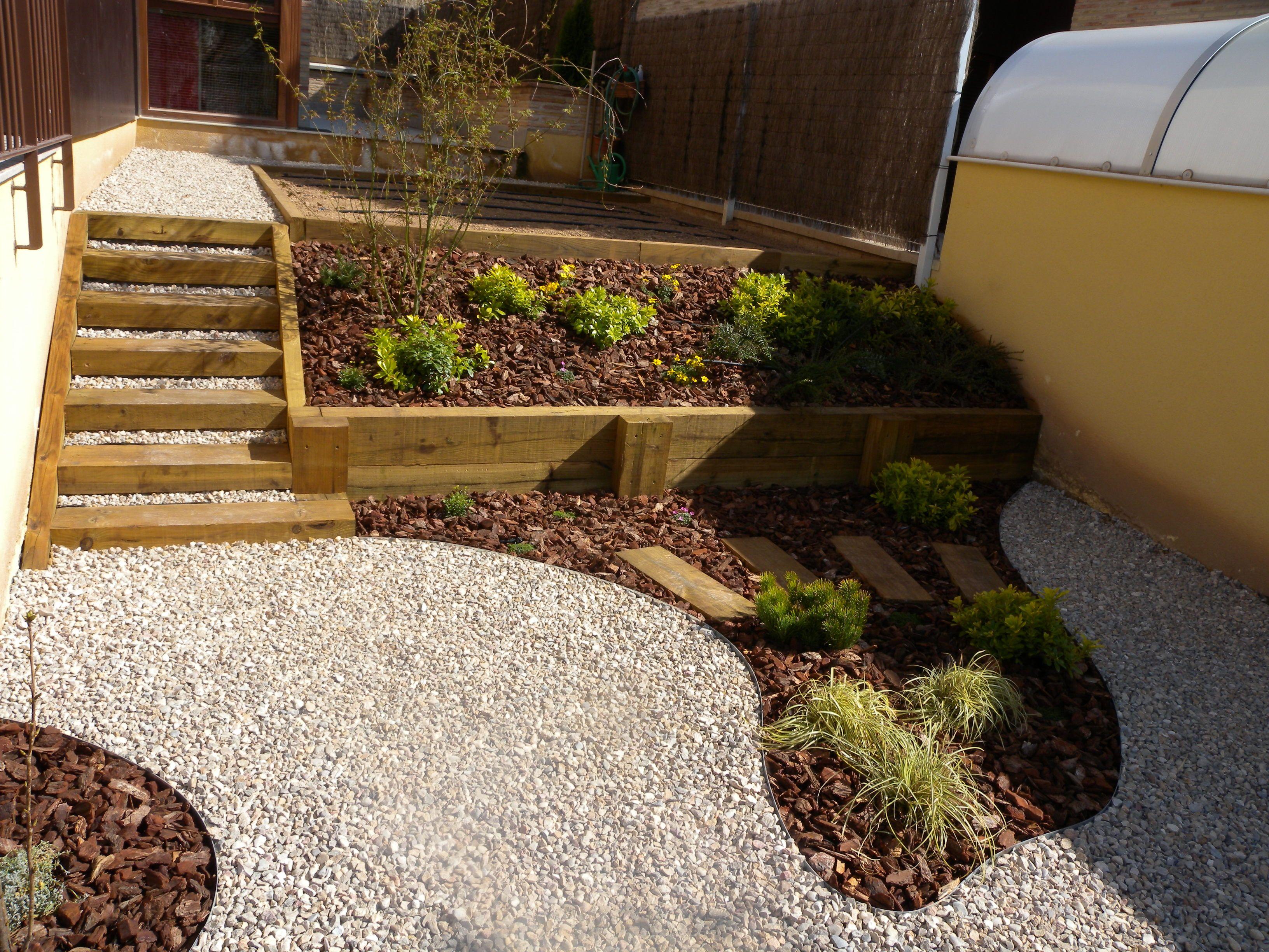 Escaleras y jardinera solucionados con traviesas de madera for Escalera de jardin de madera