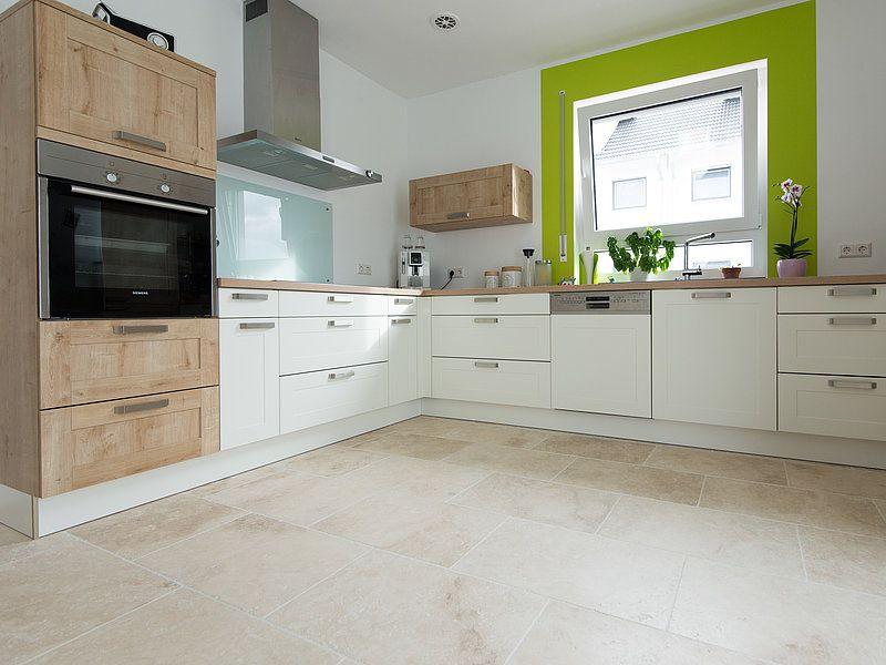 Une cuisine blanche avec des éléments en bois et des fenêtres vertes - cuisine verte et blanche