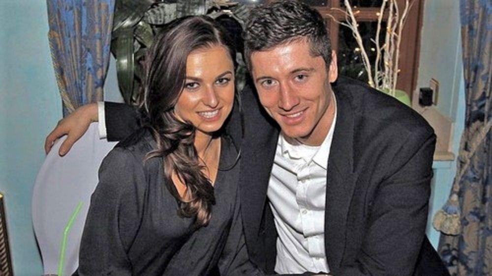 Anna Lewandowska Is The Beautiful Wife Of The Polish Soccer Player Robert Lewandowski Who S Currently A Striker Robert Lewandowski Lewandowski Soccer Players
