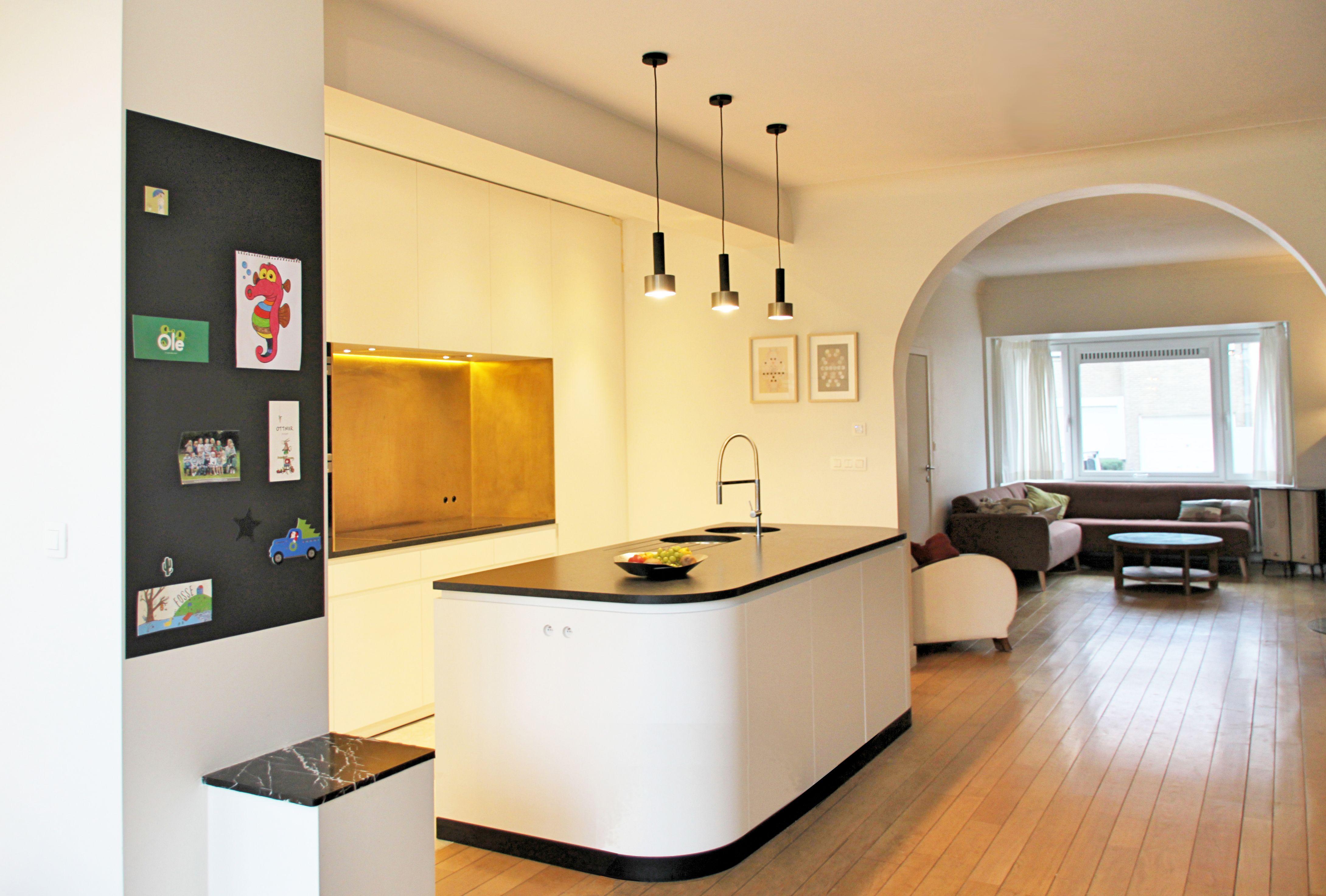 Interieur open keuken renovatie messing eik parket keukeneiland