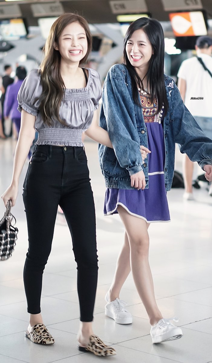 I love jennieu2019s airport fashion so much 171127 #BlackPink #Jisoo #Jennie at Suvarnabhumi Airport ...