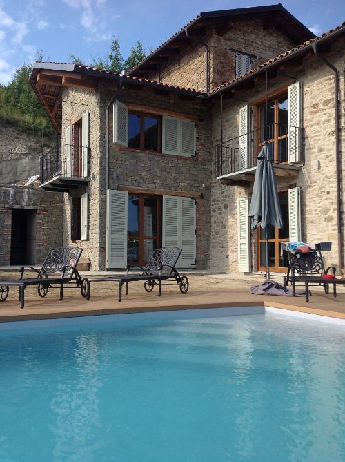 piscina colore grigio chiaro con skimmer sfioratore, ad acqua salata ...