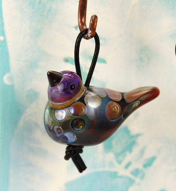 Bird bead  Handmade lampwork glass bird  UK by glassdaft on Etsy. Fed detalje med lædersnoren.
