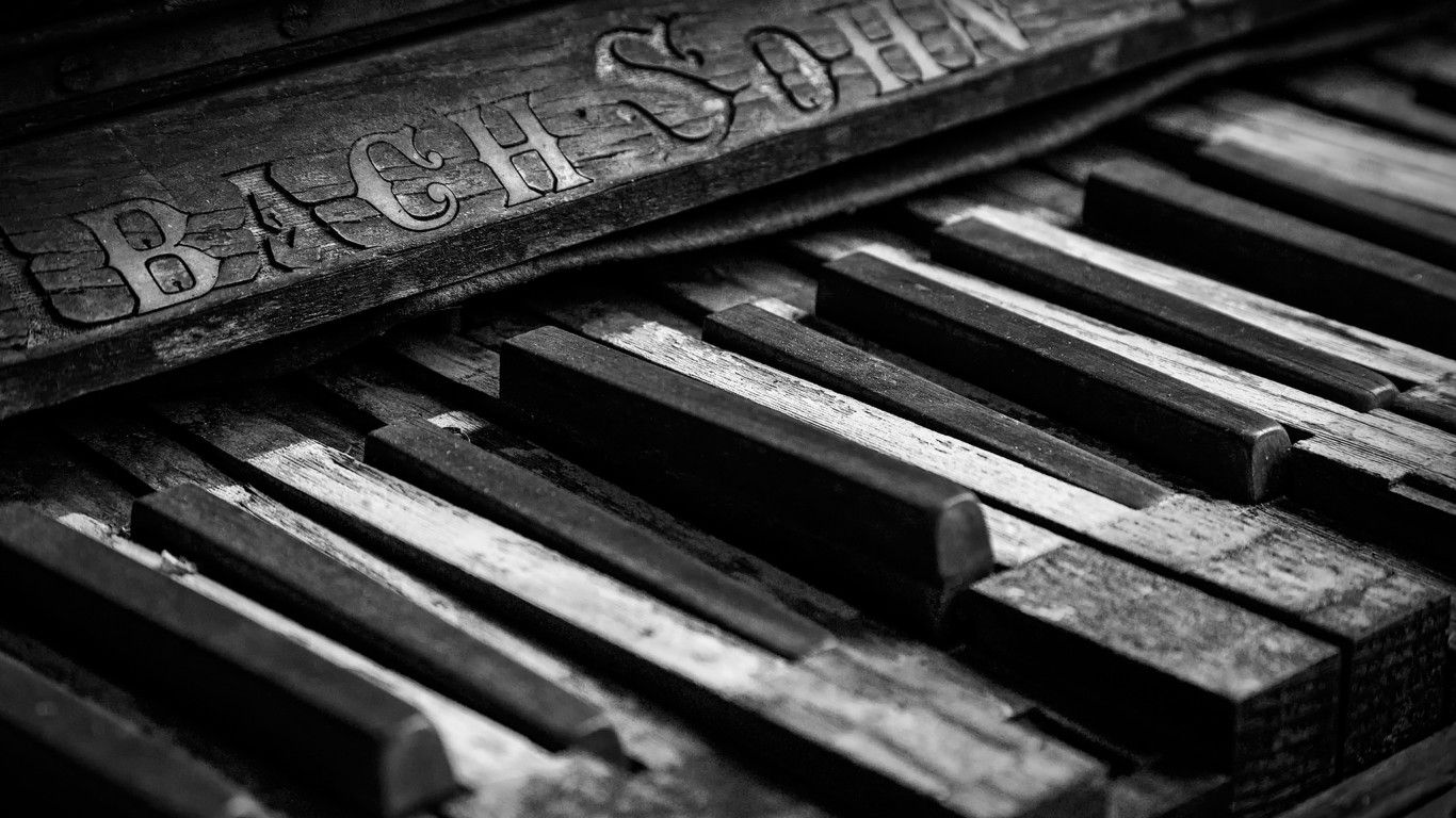 Cool Broken Old Piano Wallpaper