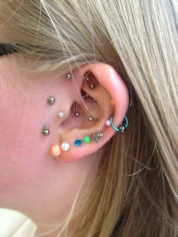 5e8759434431 La oreja llena de perforaciones