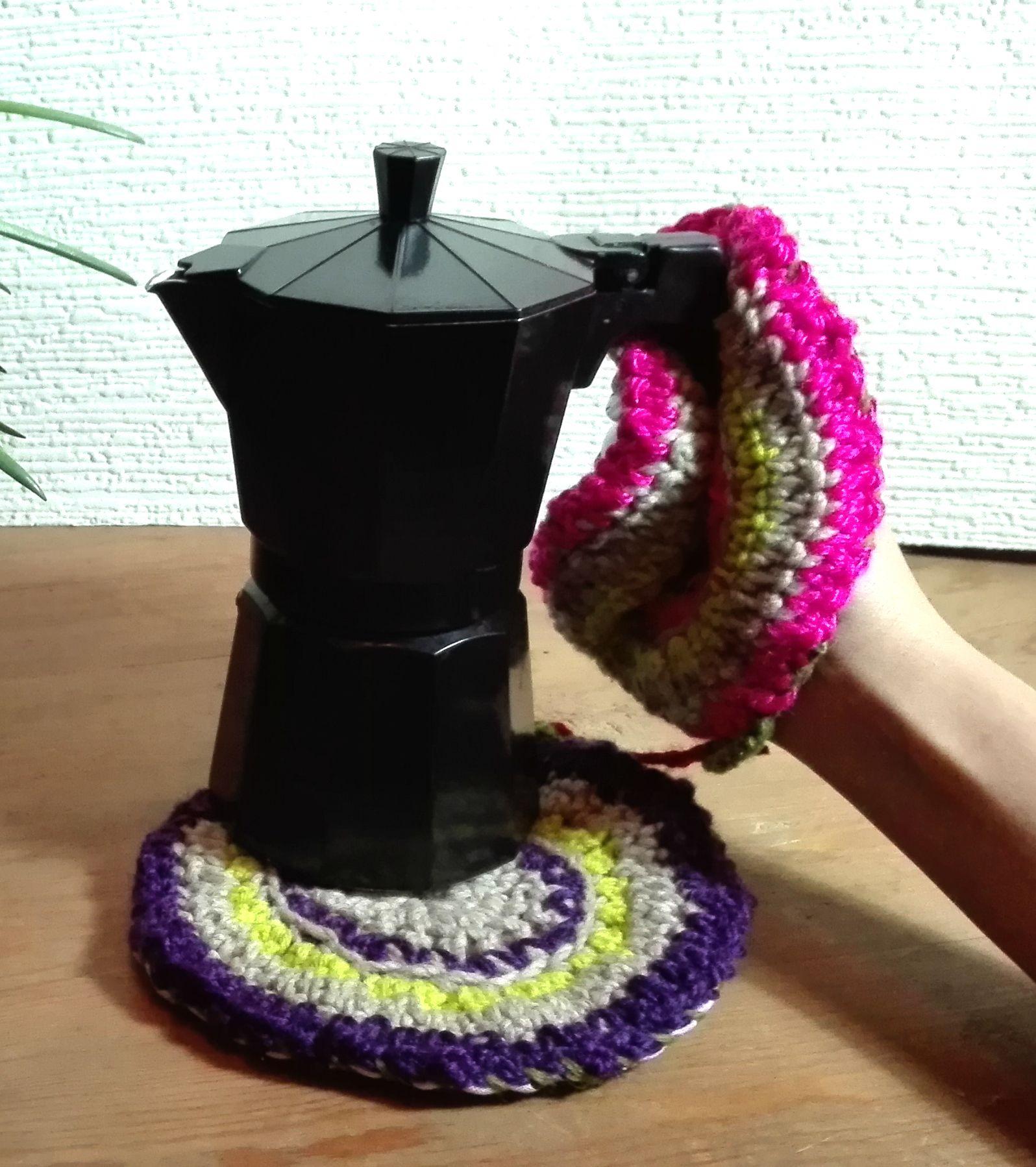 Handmade pair of oven mittens in crochet and fabric. Par de Pegas em croché e tecido.
