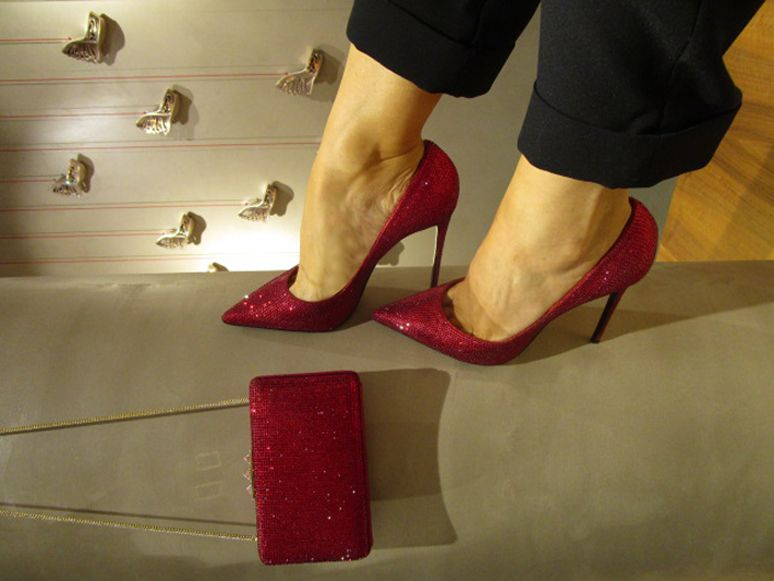 RED SHINE Discover the pump: http://bit.ly/1MR9GTi Discover the clutch: http://bit.ly/1IqNpj3 #lesilla #lesillaholidaygiftguide