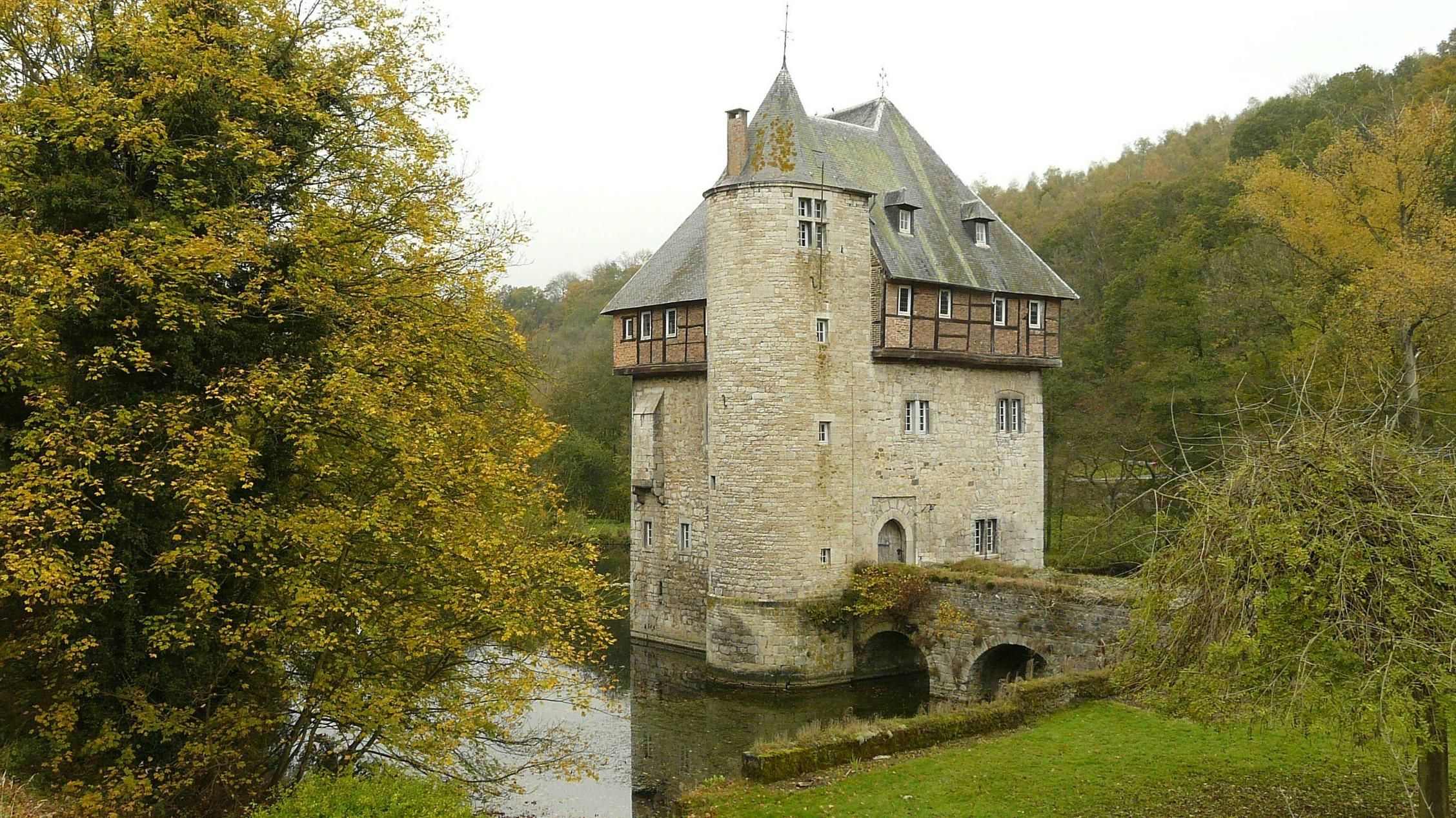 Carondelet belgium this small medieval castle it 39 s for Small castle house