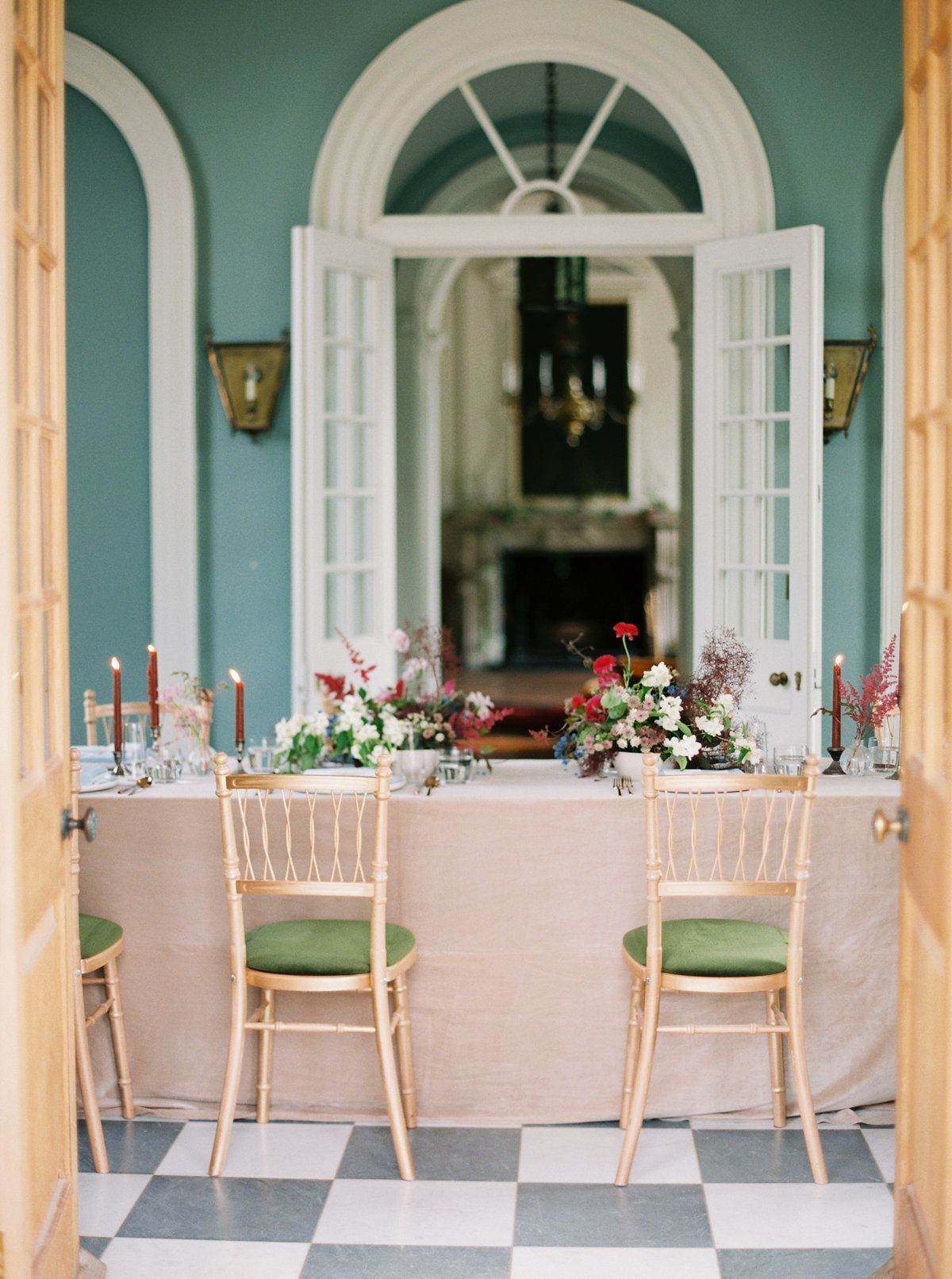 A Light And Airy Wedding Set In A Historic, Regal Setting