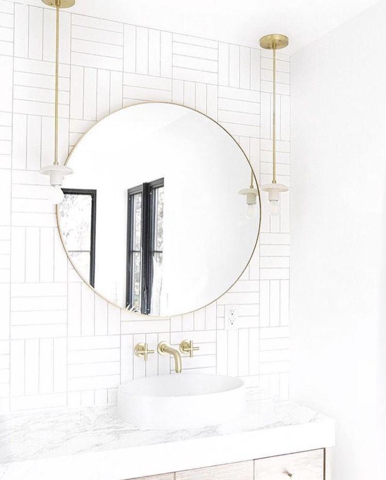 White And Gold Bathroom With Marble Counter And Vessel Sink Moderne Badezimmerspiegel Badezimmerspiegel Runde Badezimmerspiegel