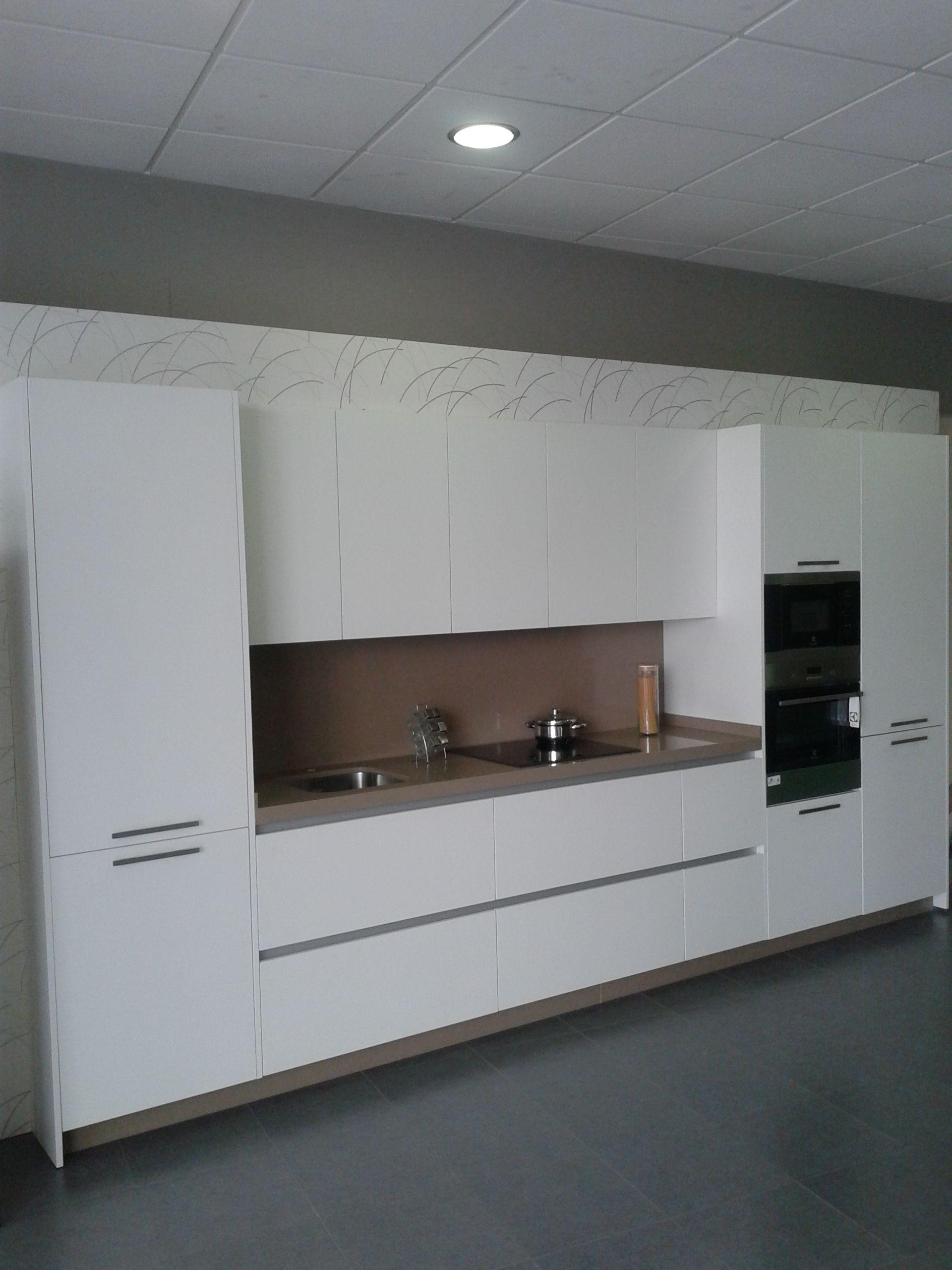 muebles de cocina en laminado blanco con tirador en el propio casco ...