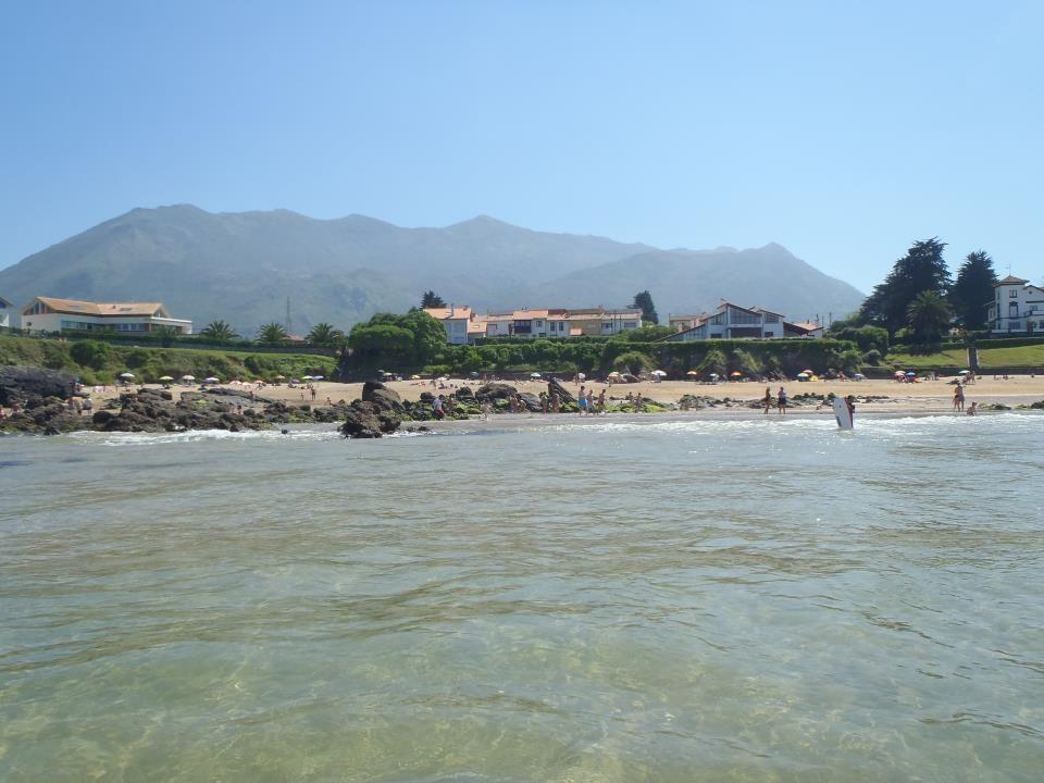 Playa de El Barrigón. Con la Sierra del Sueve al fondo