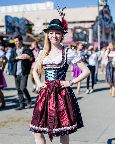 bcaed6b717b4e1 Streetstyle Wiesn: Die schönsten Outfits vom Oktoberfest   trajes ...