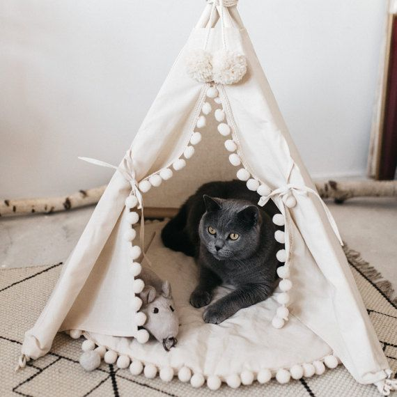 Cat bed with a matching pompom pad dog bed pet teepee pet & Cama de gato con un correspondiente pad de pompón por Minicamplt ...
