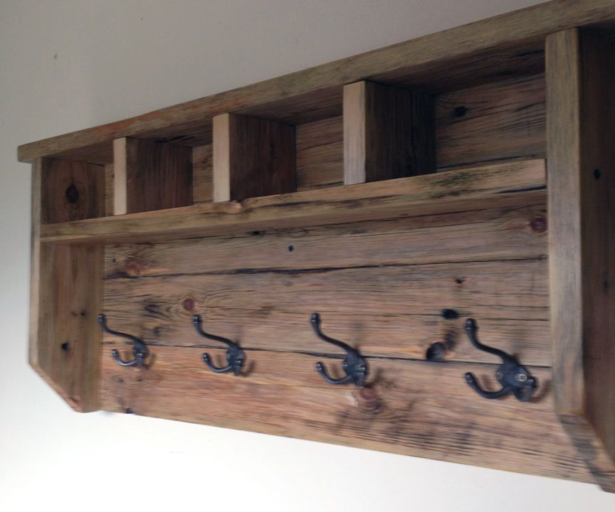 Farmhouse coat hanger from pallet wood coat hanger wood projects and farmhouse style - Diy projects with wooden palletsideas easy to carry out ...