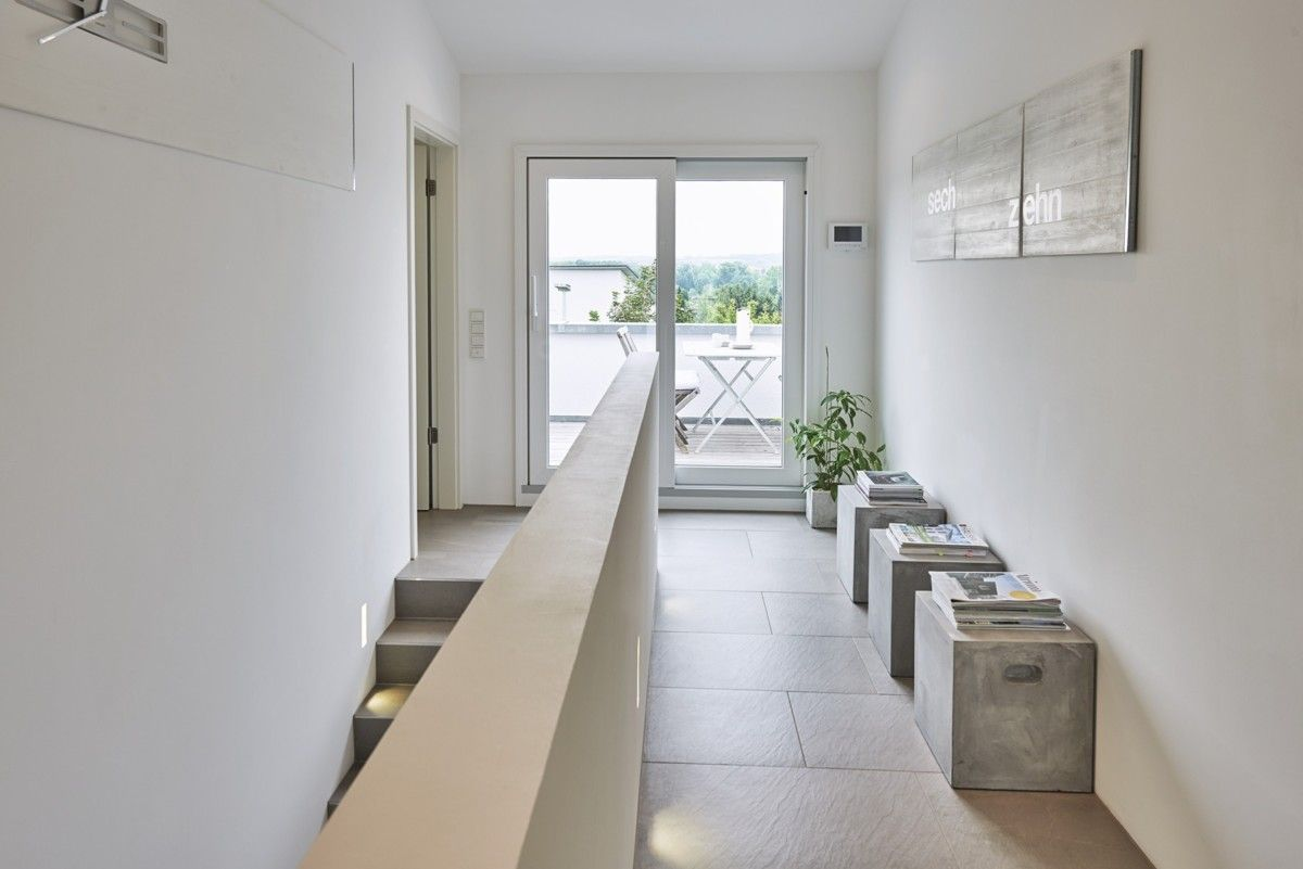 Treppenhaus innen mit Galerie und Zugang Terrasse - Haus Ideen ...