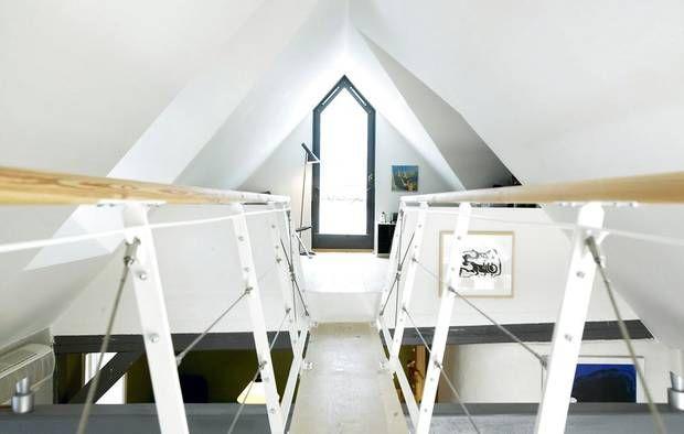 Gangbro på loftetage, der skaber åben forbindelse med stueetagen.