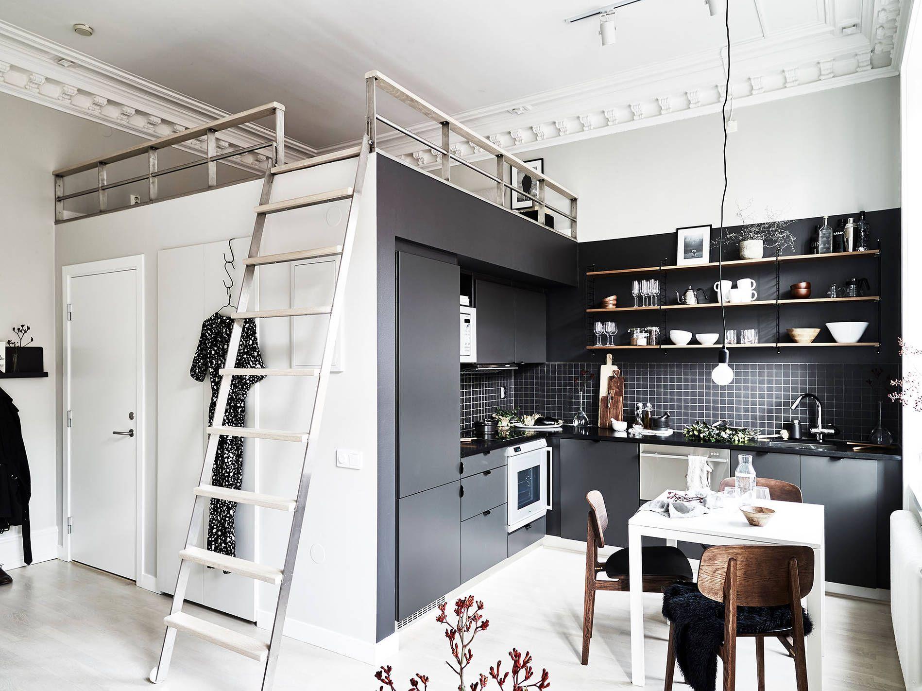 Kleine Wohnung Clever Einrichten. Mit Hochbett Platz Sparen. Platzsparend  Und Praktisch Durchdacht Einrichten   Lautet Die Devise Einer 1 Zimmer  Wohnung.