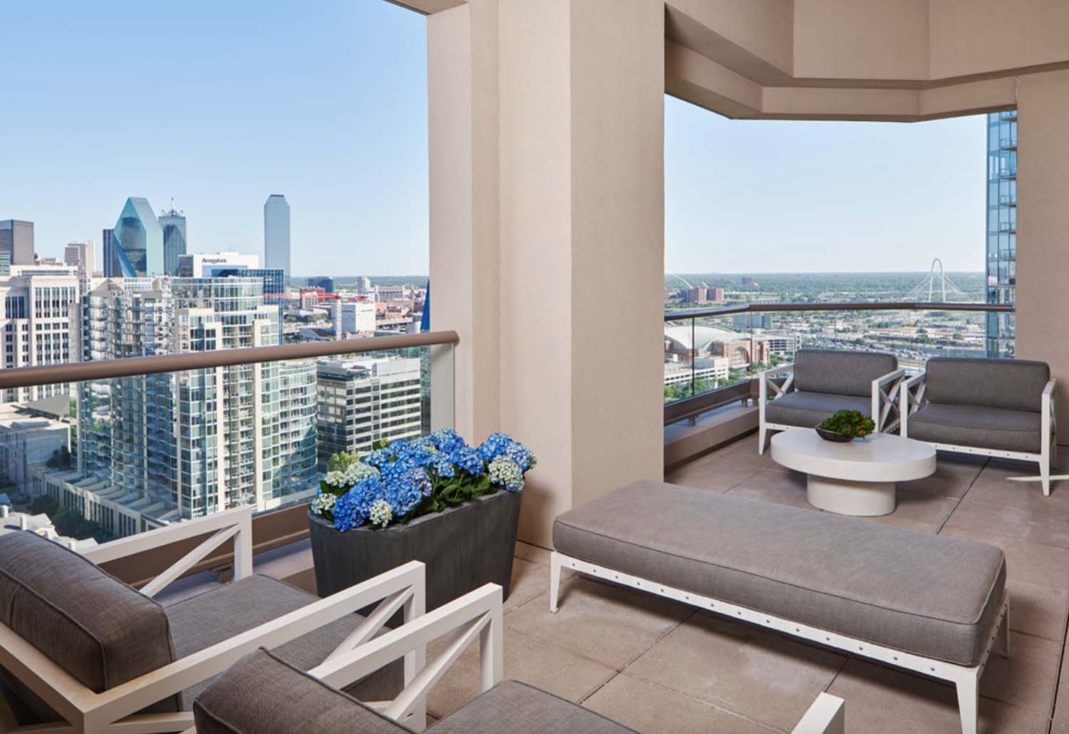 Stylish And Sophisticated Apartment With Dallas Skyline Views