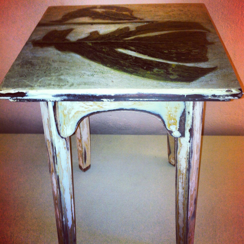 Möbel mit Papier und Pflanzendetail