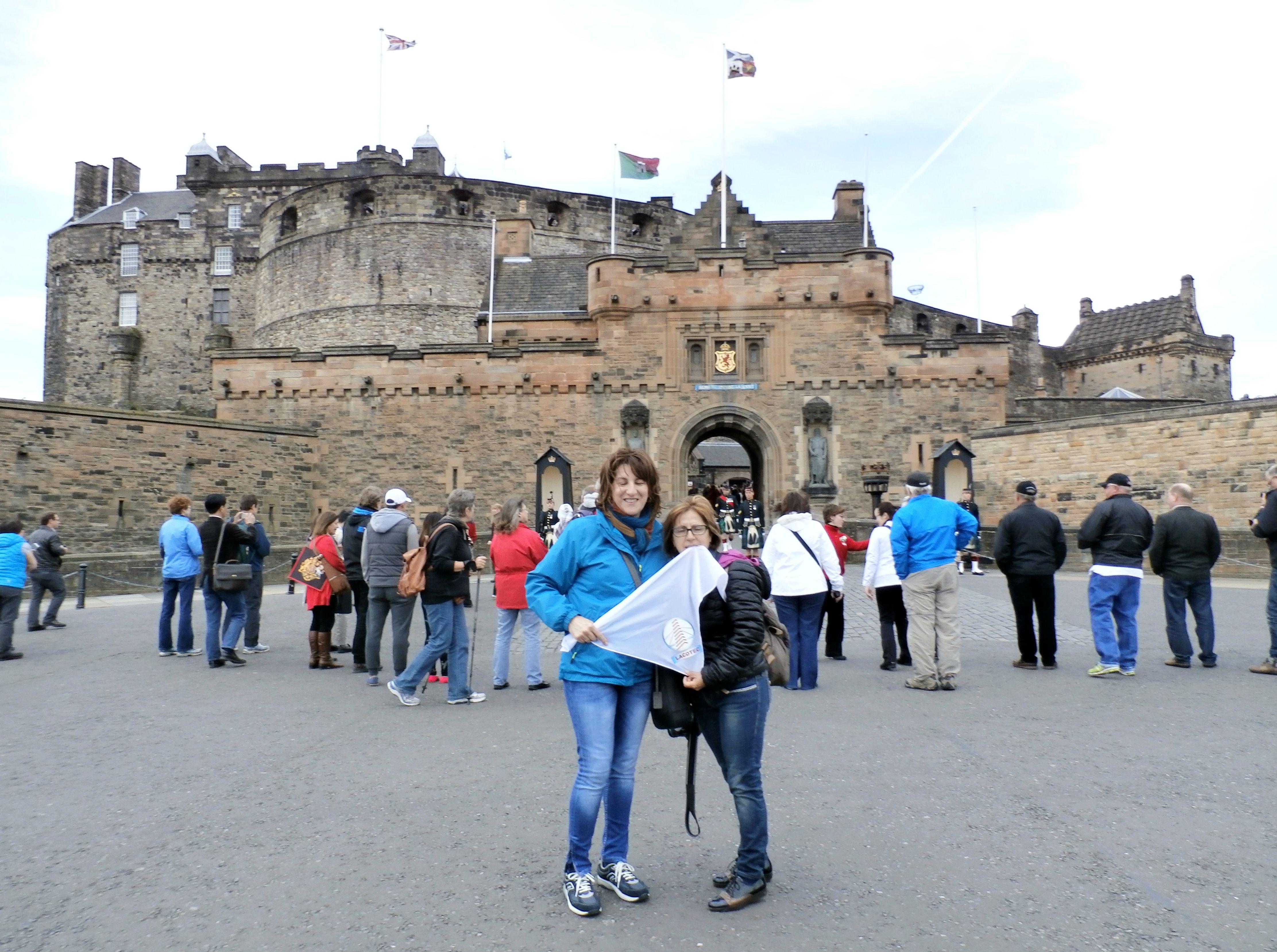 LACOTEC en Escocia: El castillo de Edimburgo es una antigua fortaleza erigida sobre una roca de origen volcánico ubicada en el centro de la ciudad de Edimburgo. Ha sido utilizado con fines de tipo militar desde el siglo XII, siendo destinado a usos civiles solo hasta épocas muy recientes. Antaño hubo un lago en su lado norte, lago llamado Nor'Loch, que fue desecado en época georgiana con la construcción de la ciudad nueva.