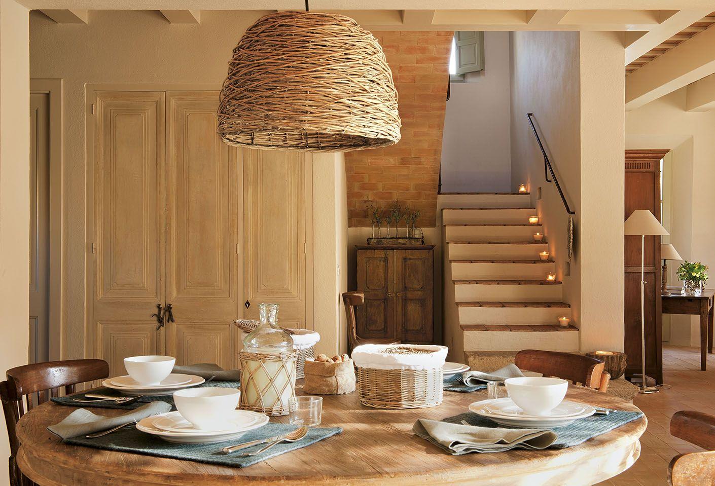 Dormitorio rústico de casa de campo con bóveda catalana de ladrillo ...