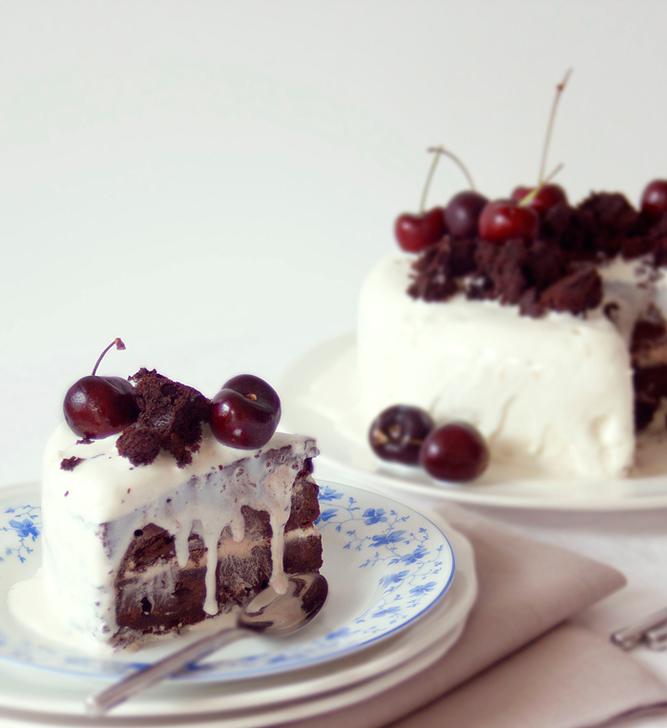 The BudMaaS Kitchen | Chocolate cherry fudge and coconut cake / Tarta de chocolate, cereza y coco