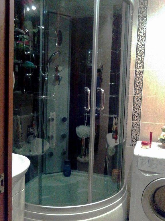 дизайн маленькой ванной комнаты с туалетом и с душевой кабиной