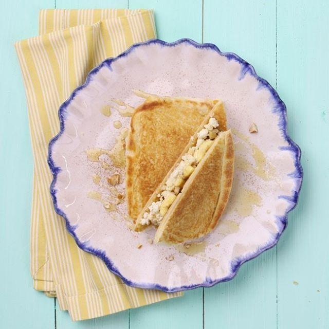 Banana + ricota + mel + amêndoas + canela viram recheio de um sanduba espertíssimo, com pão francês tostado na frigideira. Isso é que é café da manhã! Tem receita no www.panelinha.com.br (digite SANDUBANANA). #Sandubanana #ReceitaPanelinha