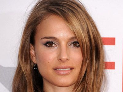 natalie portman takes on a more alternative look by opting for bolder rich caramel chunks in