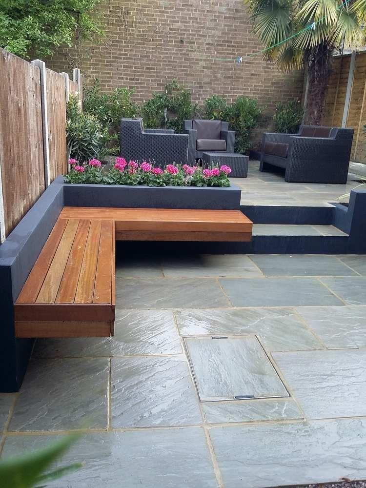 gemauerte Sitzbank aus Holz und Natursteinplatten im Outdoor Bereich ...