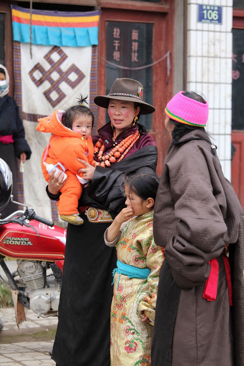 Tradtionally dressed Amdo Tibetan family in Golok, Amdo (Guoluo, Qinghai)    Cowboy hats have long been in fashion amoungst the nomads who reside in the grasslands of Eastern Tibet    The beads of her necklaces are red coral - prized accross the Tibetan plateua
