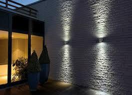 Como Realza La Luz Una Pared De Ladrillo Visto Cuqui Gonzalez Interiorismo Y Decoracion Iluminacion De Pared Iluminacion De Fachada Iluminacion Exterior