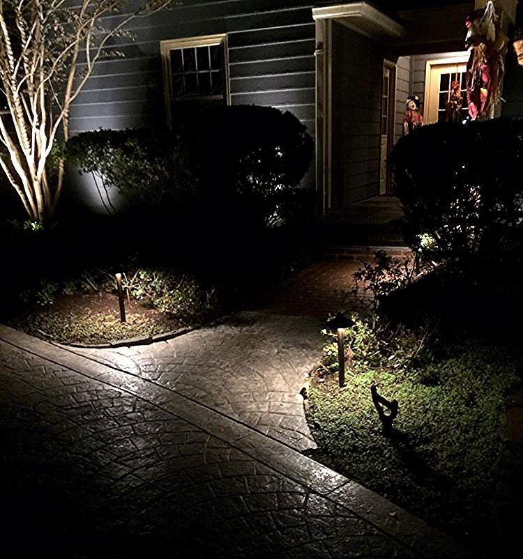 Jardinet En Facade Avec Eclairage Exterieur Led En Bornes Entrance Tropical Lighting