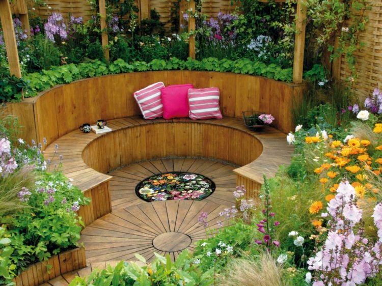 Senkgarten Mit Sitzplatz Holz Ueppig Bepflanzung Rund Sitzbank Kissen Gartenstutzmauern Hintergarten Garten Und Outdoor