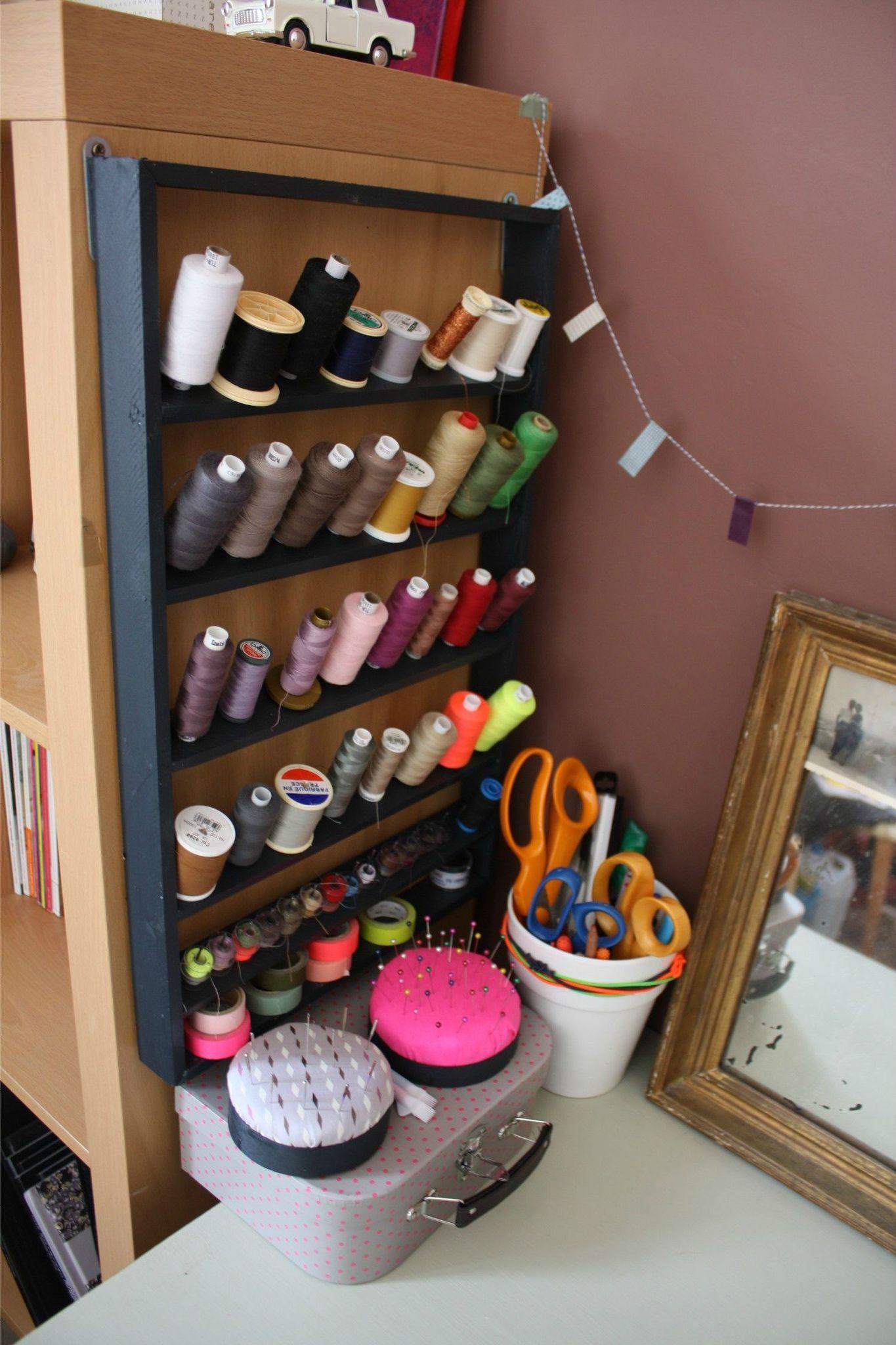Range bobines de fils canettes et aiguilles couture rangement atelier rangement couture et - Maison couture et fils ...