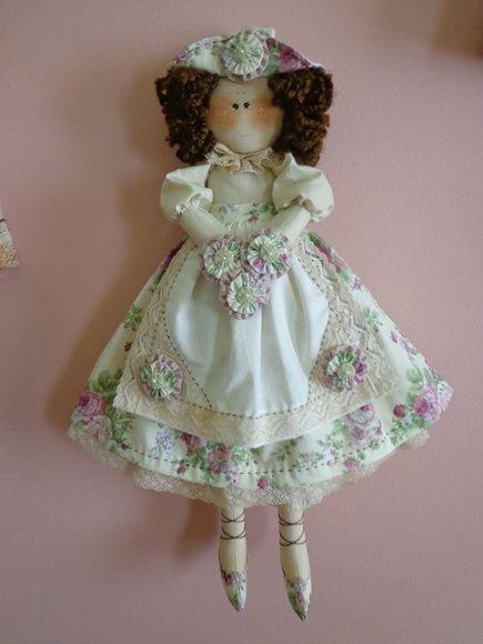 Boneca Clarice é uma ótima opção para decorar quartos de meninas ou até mesmo sua casa. Também é muito utilizada para damas de honra em casamentos.    medida aproximada: 45cm R$ 122,00