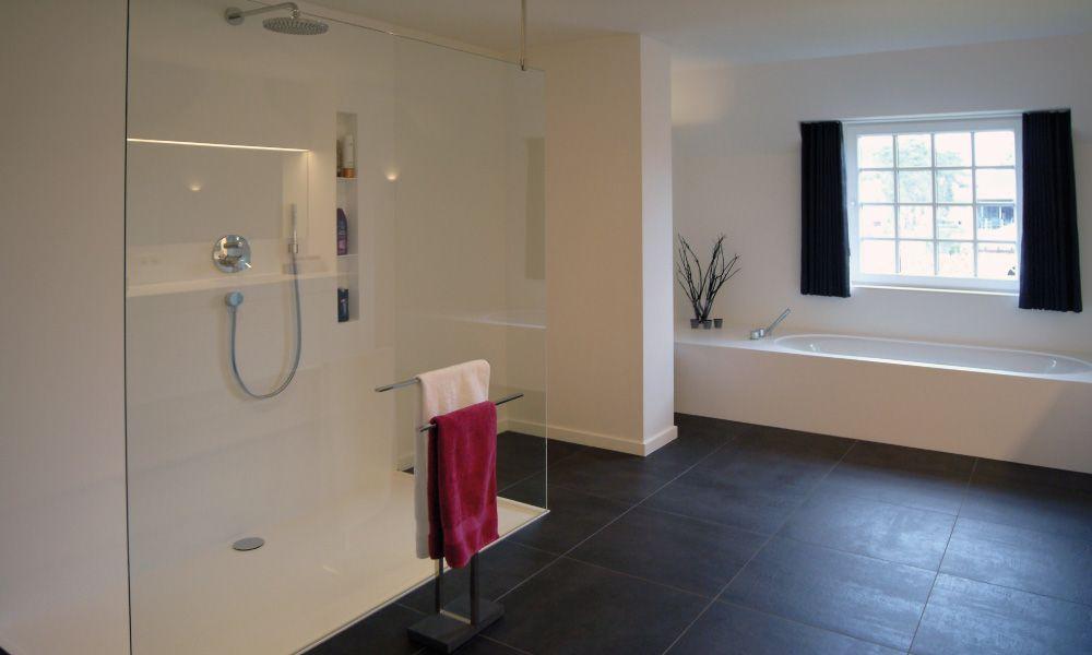 Moderne Strakke Badkamer : Ruime inloopdouche. moderne inloopdouche. badkamer in solid surface