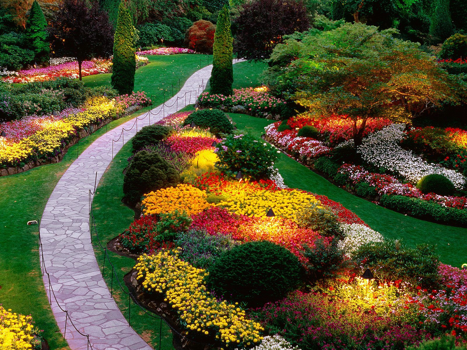 Beautiful flower garden beautiful walkway http for Beautiful flower garden pictures