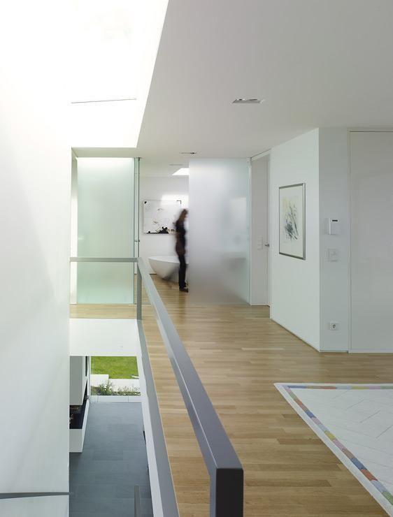Puristische Villa in Hanglage Heller Flur mit Eichenparkett - schlichtes sauna design holz seeblick