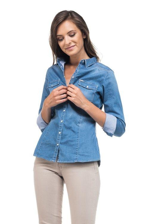 Camisa justa de ganga, botões madrepérola de mola. A manequim mede 179cm e veste tamanho S.