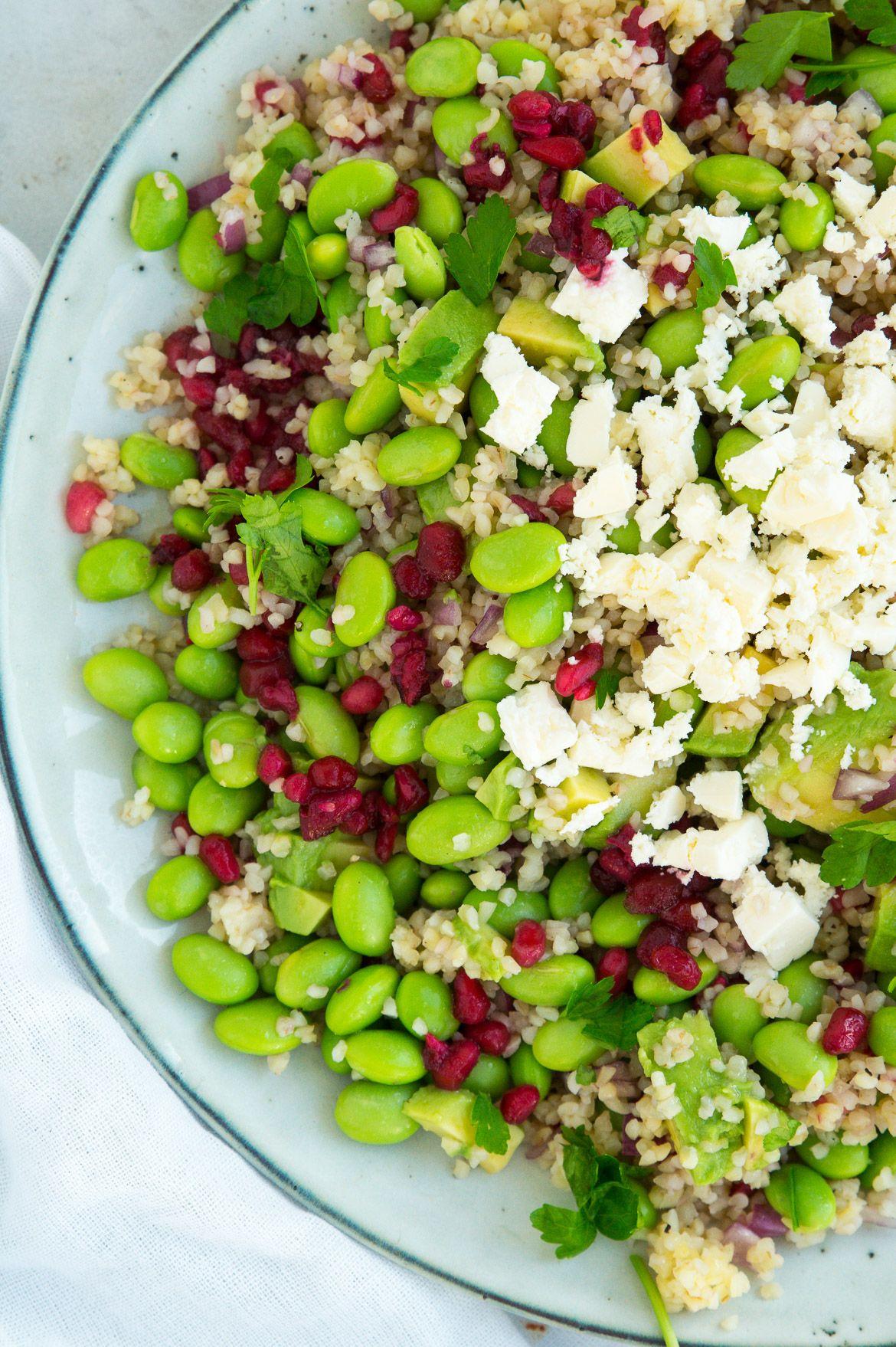 Sommersalat med bulgur, edamamebønner, granatæble og feta. Skøn og sommerlig salat, som passer ...