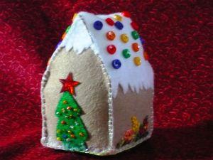 Mini felt gingerbread house