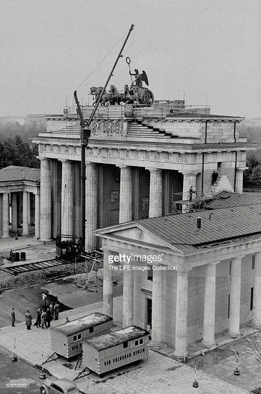 Pin Von Robert Hooper Auf History Brandenburger Tor Berlin Geschichte Brandenburger Tor Berlin
